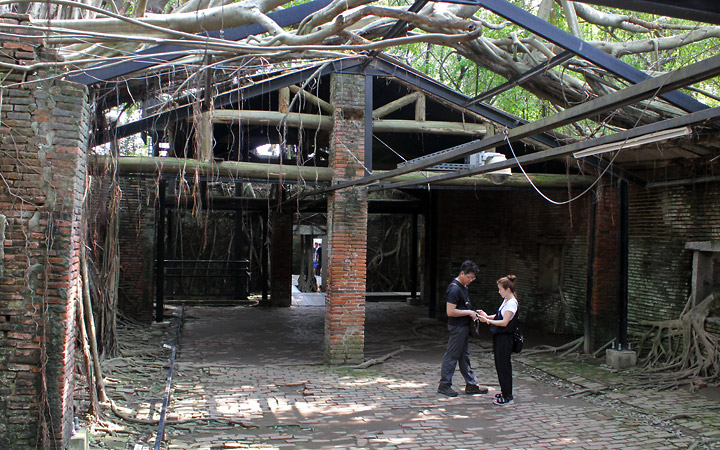 2 people under the framework of the tree house.