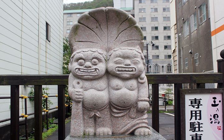 Noribetsu | Statue of two hugging devils