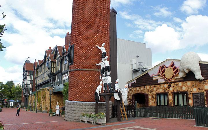 Shiroi Koibito Park   Chocolatiers climbing the tower, polar bear bum